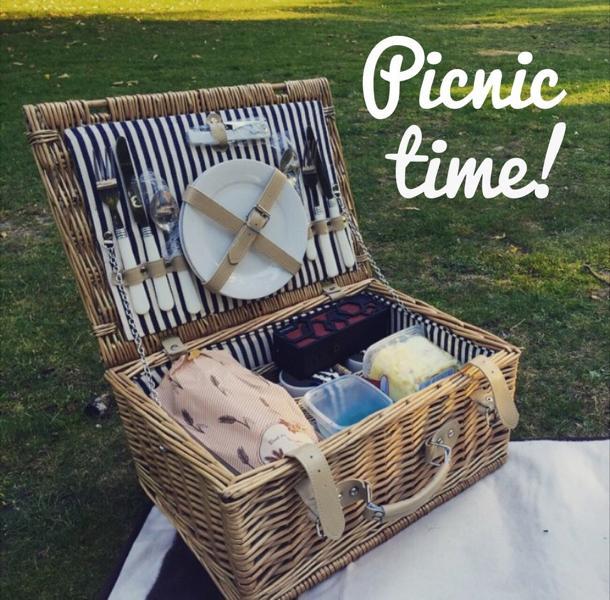 Picknick mitten im Wald zu zweit organisieren