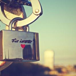 Mit einem Liebesschloss die ewige Liebe besiegeln