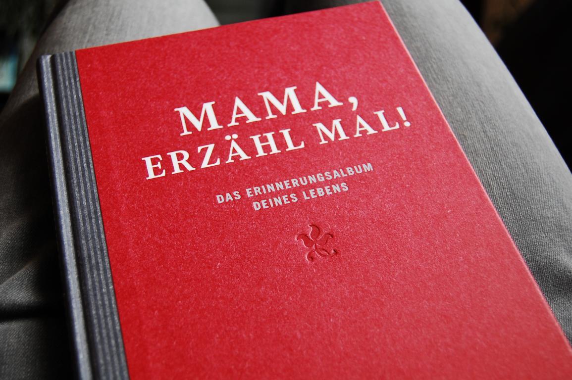 Das Buch erzähl mal Mama erlaubt einem geinsam das Leben zu reflektieren und sich noch einmal ganz neu kennenzulernen