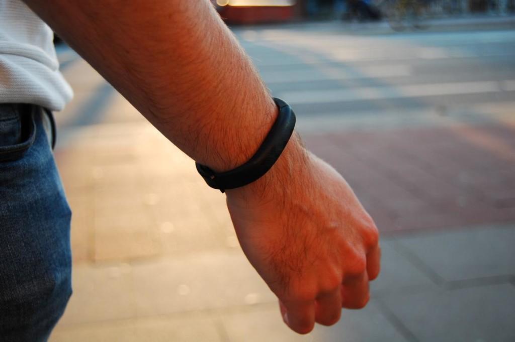 Mit einem einfachen Armband die digitale Welt per Gedanken steuern