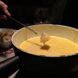 Käsefondue: Ein Käse Geschenk der besonderen Art – und wer hat's erfunden?