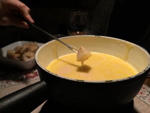 Beim Käsefondue kann man ganz einfach einen gemütlichen Abend haben