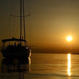 """Sunset Sailing: ♫ ♫<i>""""I am sailing""""</i>..mit der Segeln Geschenkidee die einsame Romantik großer Gewässer am Sommerabend genießen"""