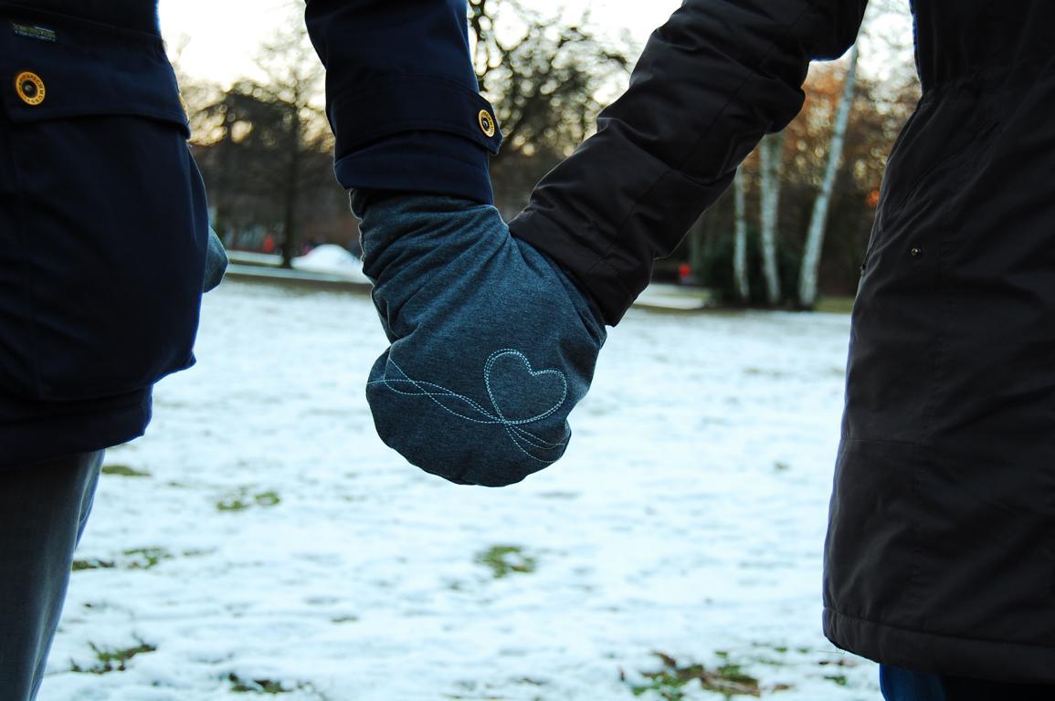 Partnerhandschuhe lassen einen auch bei Wind und Wetter Händchen halten