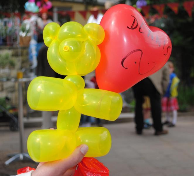 Dank der Anleitung kann man viele verschiedene Luftballonfiguren knoten