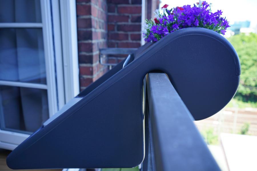 Der Blumenkasten inkl Tisch (balKonzept) wird einfach über das Geländer gehangen und mit Kabelbinder befestigt