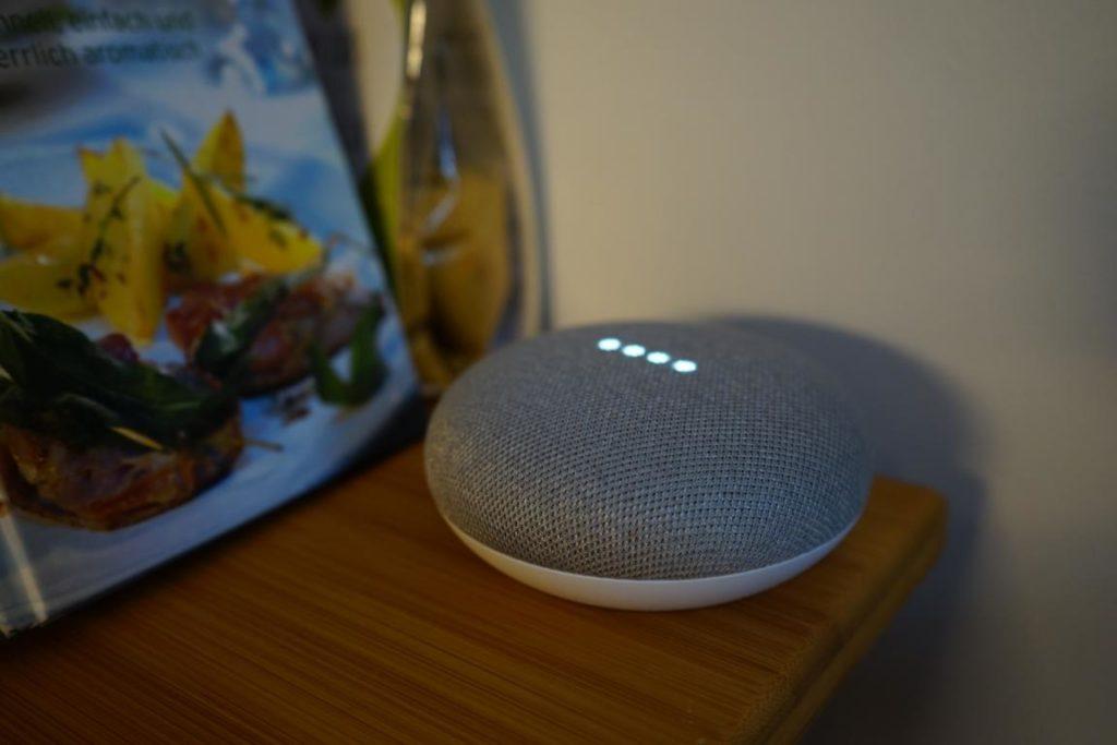 Und sein kleiner Bruder Google Home Mini unterstützt jetzt in der Küche