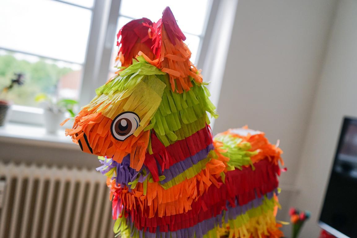 Eine Piñata bringt Spaß für alle Beteiligten - ob jung oder alt